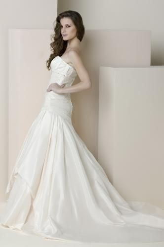 Igen Szalon Modeca wedding dress - Eurobride E4010 #igenszalon #Modeca #weddingdress #bridalgown #eskuvoiruha #menyasszonyiruha #eskuvo #menyasszony #Budapest