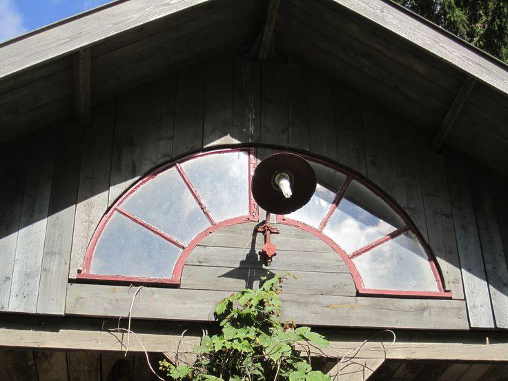 Vanhan ulkorakennuksen ikkuna