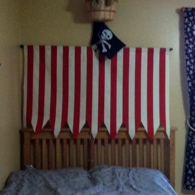 Make a pirate sail and mast to go above bed