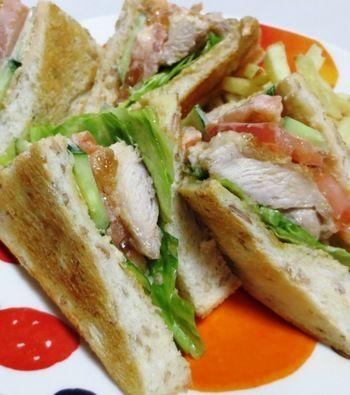 [材料](1人分 食パン2枚) 食パン・・・2枚 鶏もも肉・・・1/2枚 レタス・・・2枚位 きゃうり・・・1/3本 トマト・・・1/2個 お好みでフライドポテト・・・適量 ■サンドイッチソース マヨネーズ・・・大さじ2 トマトケチャップ・・・大さじ1 ■からしバター バター・・・大さじ1 からし・・・小さじ1  [作り方] トーストを焼きからしバターを塗り、レタス、フライパンで表面をカリカリに焼いた鶏ももなどをはさみソースをかけて完成です。  チキンが香ばしくてジューシーなサンドイッチです。