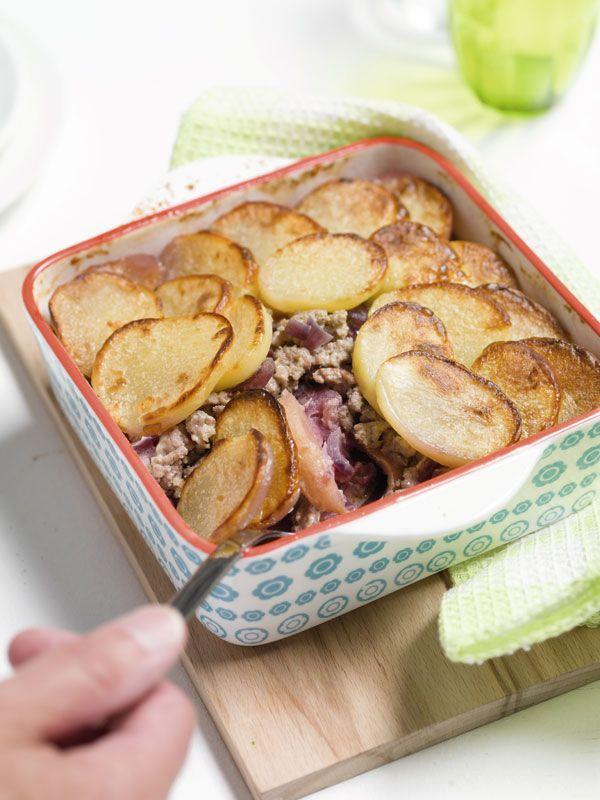 1. Verwarm de oven voor op 200°C. 2. Pel de ui en snipper fijn. Stoof de uisnippers aan in boter en voeg het gehakt toe. Kruid met peper en roerbak tot het in korreltjes uit elkaar valt. 3. Schil de appels, verwijder het klokhuis en snij in fijne partjes. 4. Beboter een ovenschaal en schep de rodekool erin. Leg de appeltjes erop en dek ze af met een laag gehakt. 5. Eindig met aardappelplakjes. Overgiet met room en kruid met peper en zout. Dek af met aluminiumfolie.