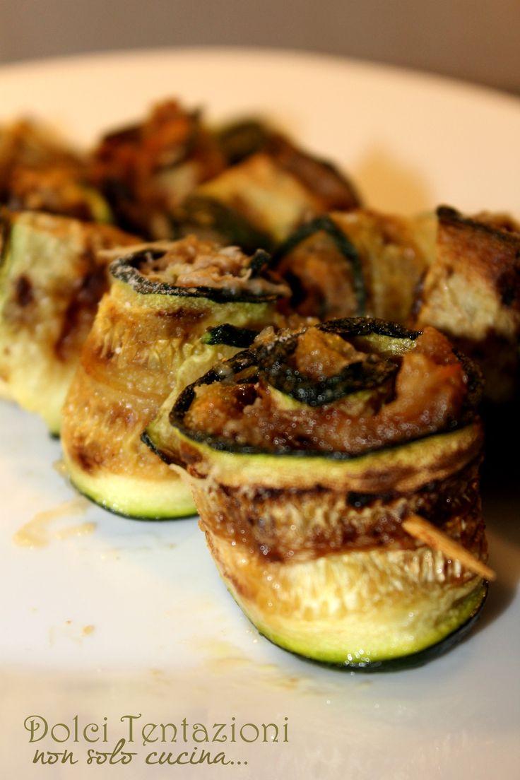 Ideali per una cena sfiziosa o da preparare per i picnic, gli spiedini di zucchine al tonno , sono veloci da preparare ed il loro sapore vi sorprenderà.  http://blog.giallozafferano.it/dolcitentazionidirdc/spiedini-di-zucchine-al-tonno/