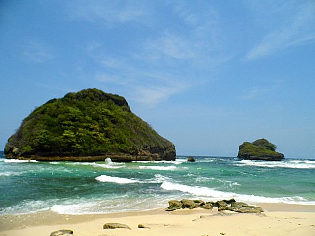 Goa Cina Beach #goacinabeach  #malang #eastjava #indonesia #nusantara #beach #beauty #beautybeach #travel #travelmalang #i'mindonesian #i'mjavanese #lovemalang #liveislam #loveindonesia https://www.tumblr.com/blog/praybreathetravel