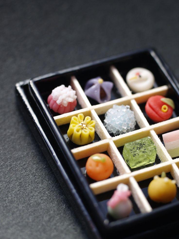日本ほど四季のはっきりしている国はめずらしいのでは ないでしょうか。漆器にきちんとおさまった繊細な和菓子には 文化や四季の変化が投影されています。 菓子見本箱 鶴、椿、ひしもち、菜の花、花菖蒲、あじさい、 清水、梨、着せ綿、菊、みかん、福袋