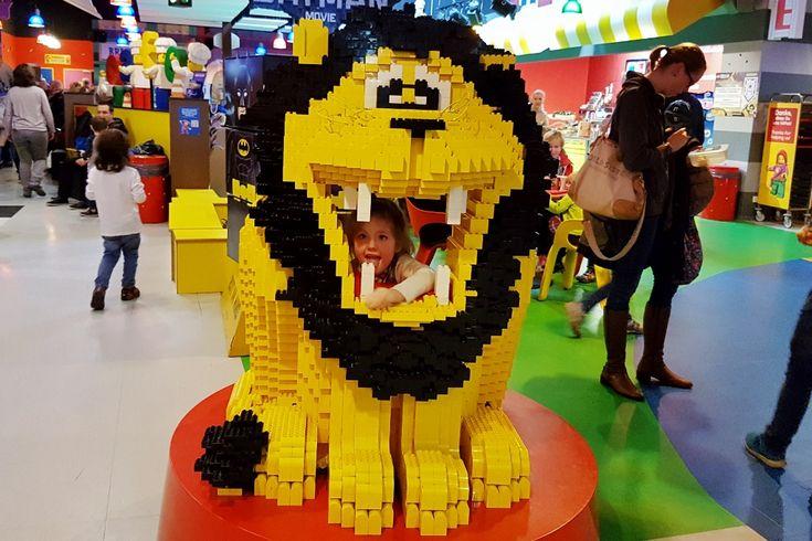 Net over de grens in Duitsland vind je Lego Discovery Land Oberhausen . Voor fans van #lego de op zoek zijn naar een leuk dagje uit een absolute aanrader. Met spannende attracties, bioscoop, bouwmogelijkheden, miniwereld en nu in het teken van de nieuwe #Batman film! https://www.mamaliefde.nl/blog/legoland-discovery-centre-oberhausen/