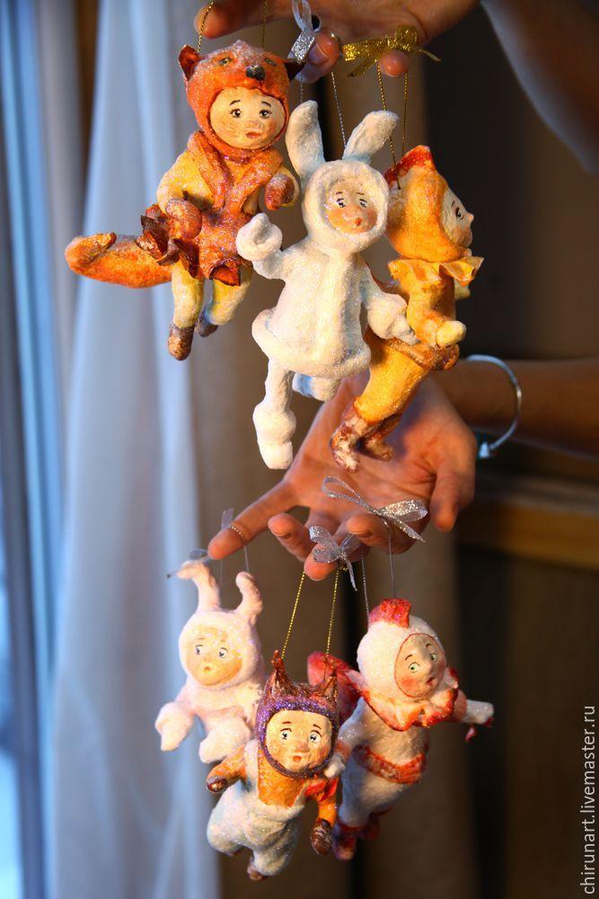 Мастер-класс по ватной елочной игрушке. Эти игрушки выполнены в старинной технике 'вата + клейстер', с примениением различных хитростей. Надеюсь, что данная информация вдохновит вас на изготовление своих неповторимых игрушек, которые будут радовать вас и ваших деток многие годы. Итак, начинаем. Для работы нам понадобятся следущие материалы и инструменты: 1. Вата (хлопковая, однородная). 2.