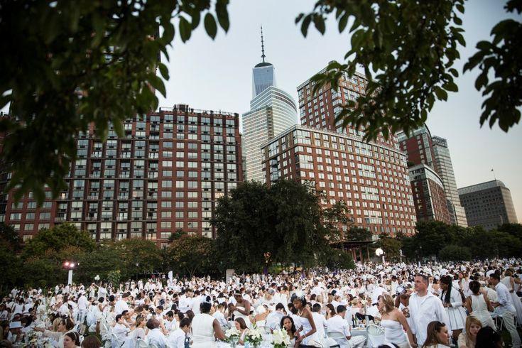 """Migliaia di persone si sono riunite a Battery Park a New York per una cena speciale: un pic-nic elegante tra sconosciuti. E' il """"diner en blanc"""", un evento culinario in cui i commensali devono rigorosamente indossare abiti e accessori di colore bianco. E' un format nato in Francia a fine a"""