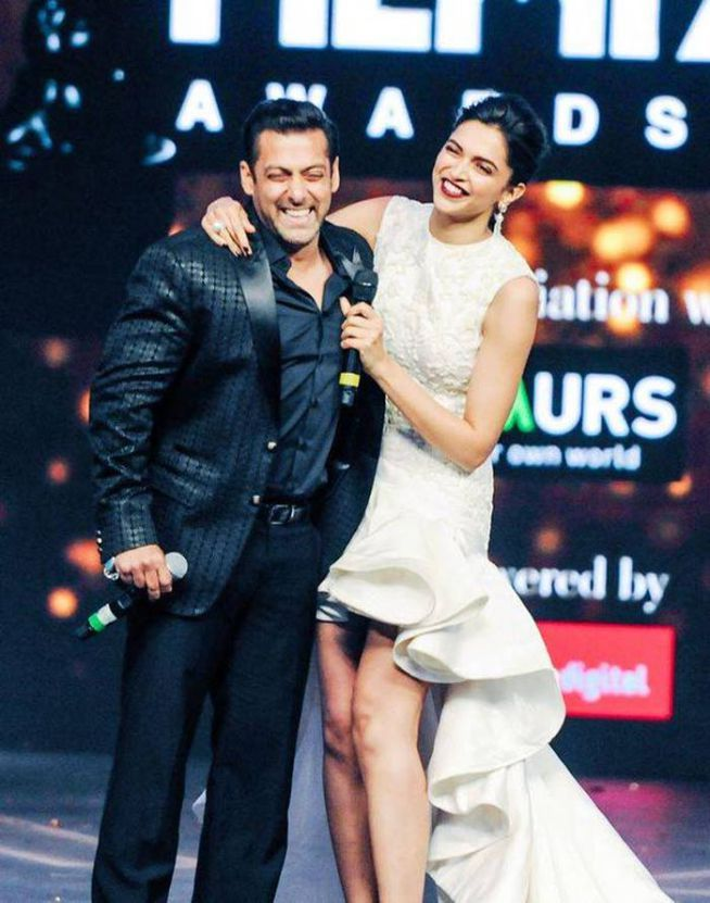 Salman Khan is mighty impressed with Deepika Padukone, it seems at the 60th Filmfare Awards 2014. #Bollywood #Fashion #Style #Beauty