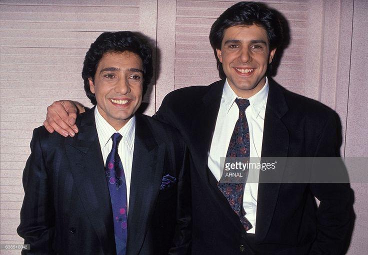 Le chanteur Frédéric François et son frère Santos dans sa loge à l'Olympia le 7 décembre 1989 à Paris, France.