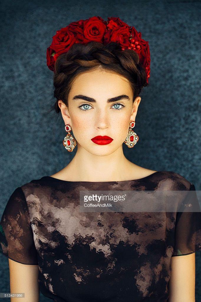 Bella con Corona de Rosas Rojas igual que los Labios