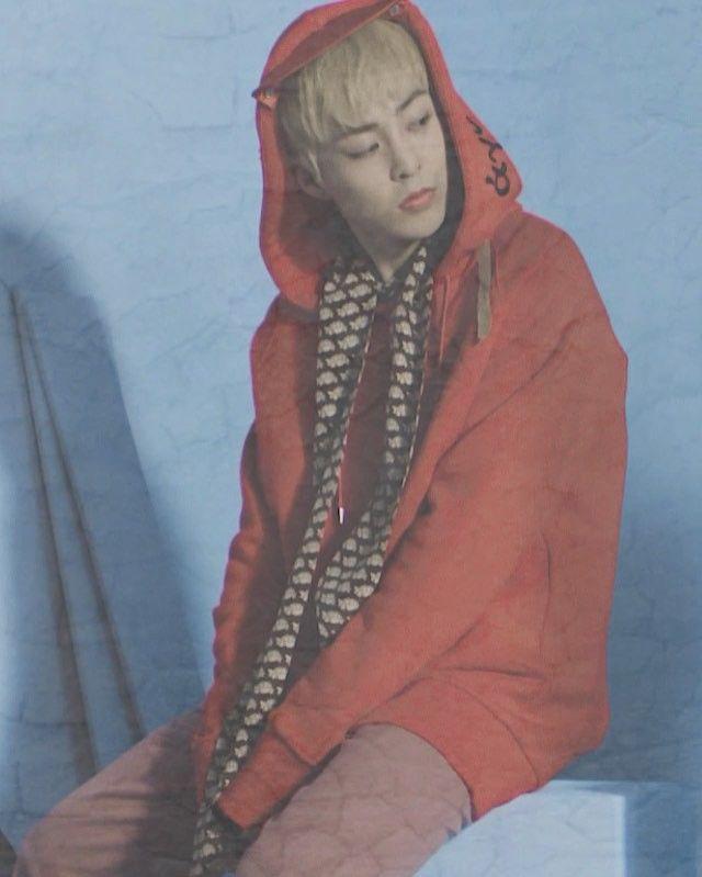 "Source Vogue Korea (@voguekorea) on Instagram: ""<보그> 4월호 커버 주인공,엑소♥️ 멤버 여덟명의 환상적인 아우라는 <보그> 카메라에 생생히 담겨 '움직이는 화보'로 상영됩니다🎞 그 두 번째 씬(바로 내일🎂2시간 후 생일을…"""