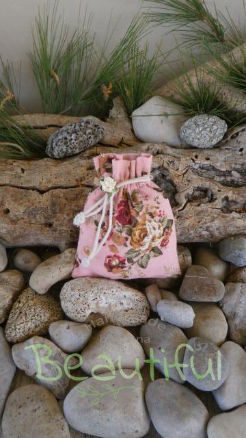 Μπομπονιέρα σε προσφορά. Μπομπονιέρα Γάμου πουγκί, υφασμάτινο floral με λουλουδάκι χειροποίητο.