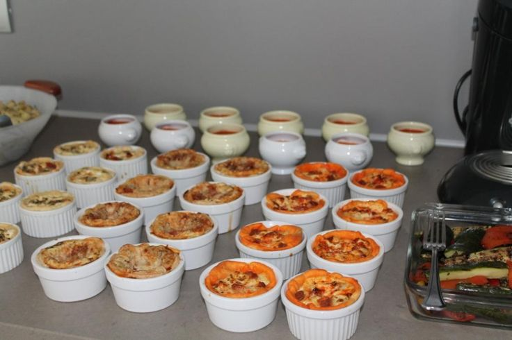 Koud buffet: mini lasagne, mini quiche met chorizo en zongedroogde tomaten, mini quiche met geitenkaas, gazpacho.