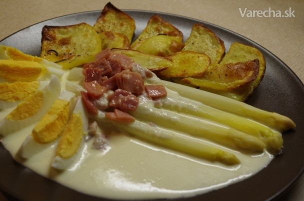 Biela špargľa so syrovou omáčkou, šunkou a maslom (fotorecept)