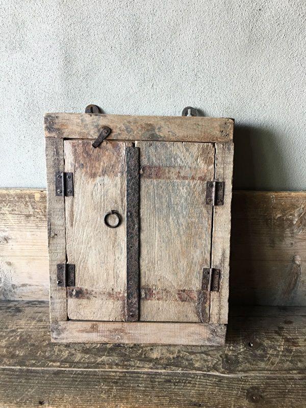 Oud houten kozijn met luiken en spiegel landelijk venster landelijke stijl brocant vintage oud hout