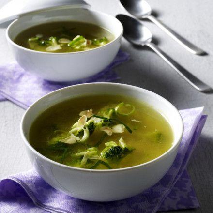 Klare Suppe mit Porree, Broccoli, Mandeln und Curry Rezept | LECKER