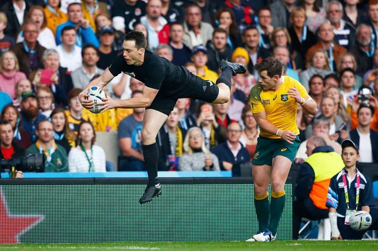 AIR TIME: @bensmith1100 takes a high catch in the #RWCFinal. NZL 9-3 AUS (38 mins) #NZLvAUS