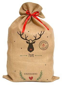 Découvrez la Ho! Ho! Hotte de Noël d'A-qui-S , le joli sac personnalisé en toile de jute, sorti tout droit de l'atelier des lutins d'A-qui-S ! Pour mettre une touche de magie supplémentaire à cette fête et faire rêver les petits comme les grands, vous pourrez y glisser vos cadeaux et le déposer (discrètement) sous le sapin le jour J. Vous pouvez personnaliser votre sac et choisir son décor parmi 5 thèmes différents.  100% fabriqué en toile de jute, il est livré avec son ruban en satin rouge…