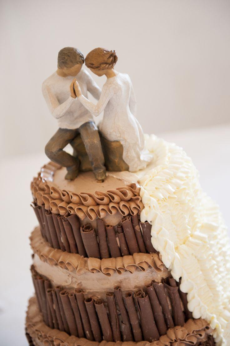 Schokoladige Hochzeitstorte mit Brautpaar