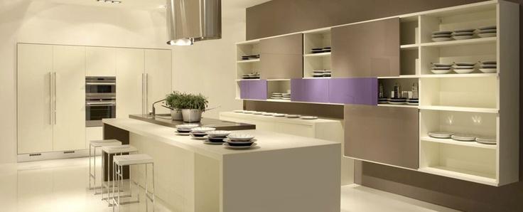 Italiaanse design keuken met paars kleuraccent