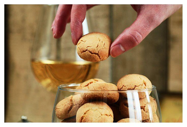 Házilag roppanós, isteni finom amaretti kekszet készíteni nem is olyan nagy ördöngösség, és garantáltan nem fogsz ezután bolti verziót vásárolni! Gyorsan elkészíthető és a barátokkal, családdal töltött ebéd után, egy finom bor vagy kávé társaságában tutibiztos sikereket könyvelhetsz el, ráadásul fémdobozban sokáig eltartható, már ha marad belőle!