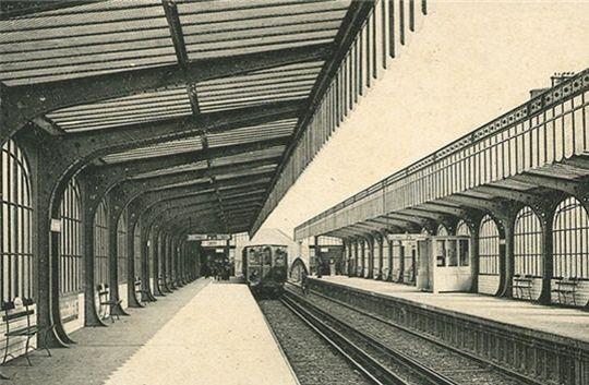 Typique de l'Art Nouveau (lignes courbes, utilisation de l'acier et du verre), la station de métro Allemagne, correspond à l'actuelle station Stalingrad, sur la ligne 2. Elle a changé de nom en 1946, suite la victoire de l'Armée rouge contre le IIIe Reich à la bataille de Stalingrad (1942-43).