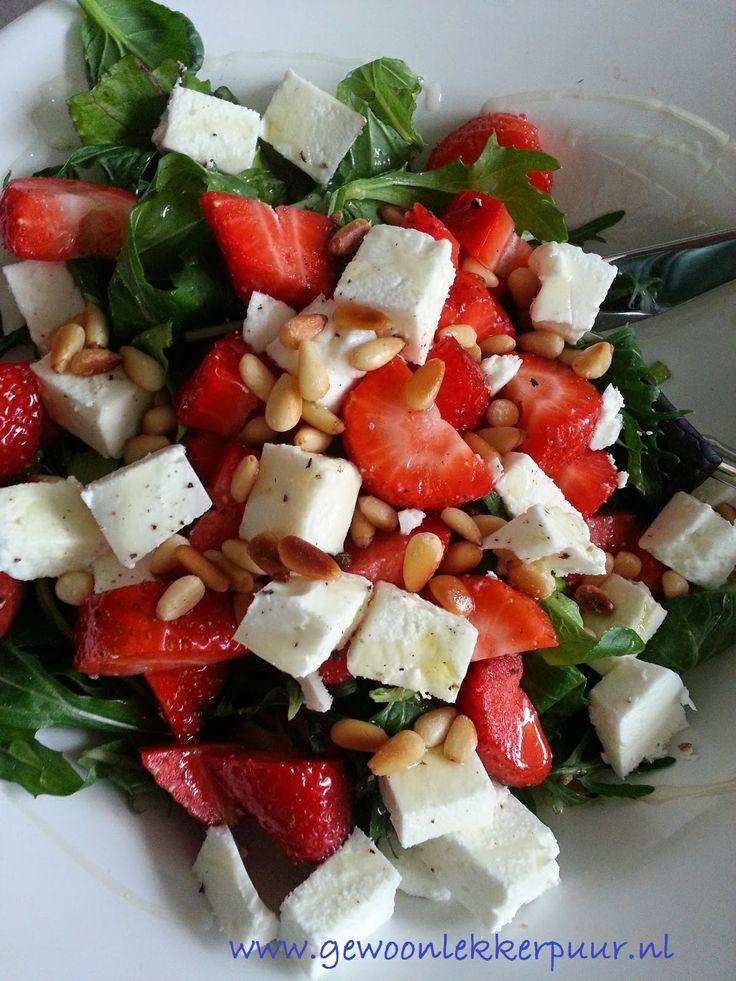 Zo lekker en makkelijk verse aardbeien, gemengde salade, grie, pijnboompitten, olijfolie, beetje honing en versgemalen peper.