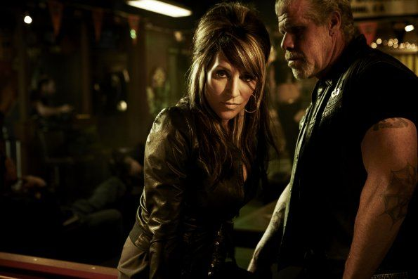 Katey Sagal Sons Of Anarchy | Sons of Anarchy - Saison 4 - Photo Promo 07 Katey Sagal + Ron Perlman