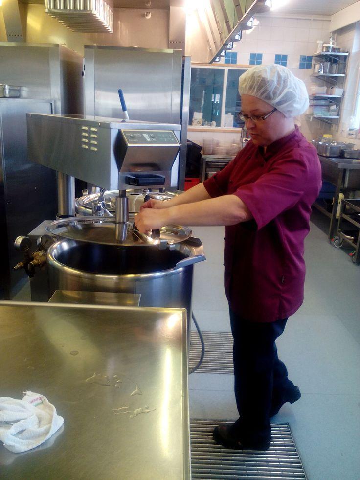 Työpäivä alkaa olla päätöksessä, keittopata valmiina seuraavan päivän keitoksia ja koitoksia varten.