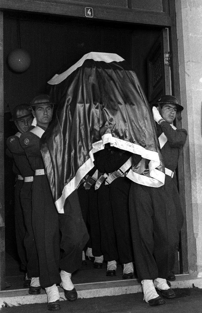 Atatürk-ün naaşı, Anıtkabir-e defnedilmek üzere Etnografya Müzesi-nden çıkarılırken