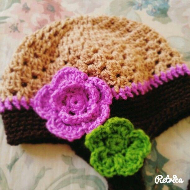 Gorro para niña, crochet y flores.