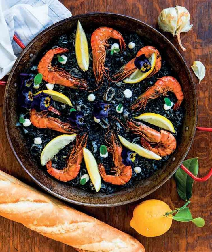 Recept zwarte rijst met gamba's. De rijst smaakt lekker smeuïg en heeft veel smaak door de inkt en het zeewier. De verse pijlinktvis blijft lekker mals. Zakjes inktvis-inkt koop je bij een goed gesorteerde viswinkel. Lees het hele recept op de site #rijst #gamba's #pijlinktvis #vis #wijnspijscombinaties