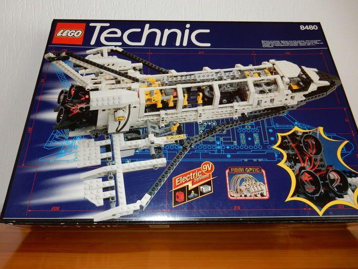 Technic - 8480 - Space Shuttle  Dit bijzonder stukje technic is uitgebracht in 1996 met maar liefst 1368 onderdelen. De onderdelen verkeren in uitstekende conditie ze zijn voor 19 jaar 1 keer opgebouwd geweest (1 model) en hebben sindsdien het daglicht niet meer gezien. De space shuttle is maar liefst 55 cm lang en 22 cm hoog. Er zijn nog een aantal stikkers niet gebruikt en de motor werkt perfect. De doos ziet er ook goed uit zie de foto's die de doos van alle kanten laat zien en heeft de…