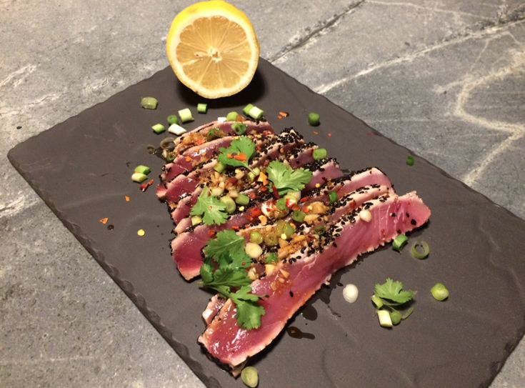 Hier eet je echt je vingers bij op: kakelverse tonijn (vanochtend zwom-ie nog) met een heerlijk zoutig sausje met knoflook en gember.