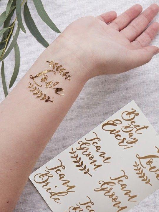 Tatuaggi dell'amore oro.  Festeggia il tuo grande giorno con questi splendidi tatuaggi temporanei color oro.  Ogni confezione contiene 12 tatuaggi con 4 messaggi diversi. Misura: 5 x 4 cm.  #matrimonio #wedding #party #addioalnubilato #weddingideas #weddingmoment #ceremony #oro #tatuaggio #amore