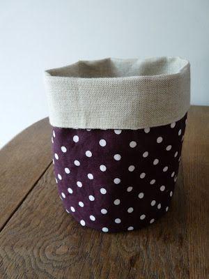 Coupez deux ronds (ici, 14 centimètres de diamètre) et deux rectangles (44 x 17 cm). dans des tissus un peu épais ou raides. A vous de choi...