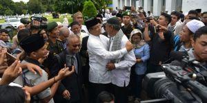 Pelukan Hangat Guru SMP Pada Anies Baswedan