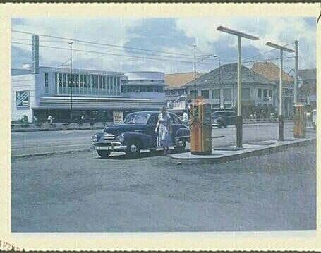 Pompa bensin SHELL di  Jalan Veteran depan Apotik Kimia Farma Jakarta tahun 1955. Latar belakang gedung percetakan Van Dorp (sekarang PT Toyota Astra Motor) Jalan Ir. H. Juanda Jakarta.