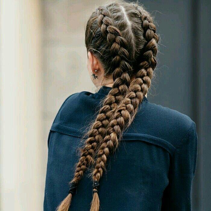 Diese Frisur ganz einfach selber machen!Und so gehts:Einfach von oben also von der Kopfhaut bis ihr beim ende der Haare gekommen seid zwei geflochtene Zöpfe machenUnd schon habt ihr das perfekte Ergebniss