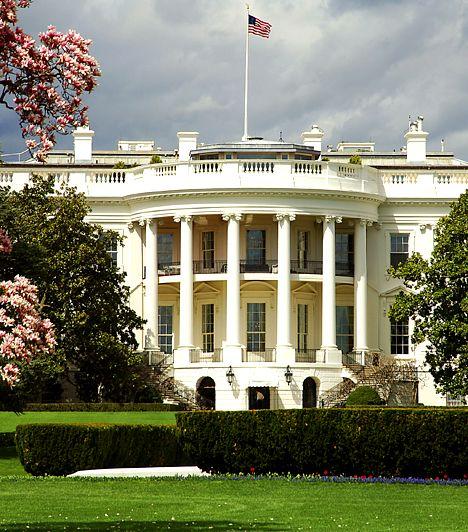 A világ legijesztőbb helyei A Fehérház Bármilyen furcsán hangzik is, az amerikai elnöki rezidenciáról sokan állítják, hogy kísértetjárta. Úgy tartják, azok lelkei, akik egykor itt éltek, máig nem tudnak elszakadni a helytől. A szóbeszéd szerint itt kísért Abigail Adams, Dolley Madison és Harry Truman is. A leggyakrabban látott kísértet azonban Abraham Lincolné: látták már átlátszó alakját az Ovális Iroda ablakánál állni, Lyndon Johnson elnök felesége pedig arról számolt be, határozottan…