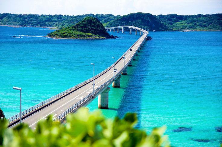 角島大橋って知っていますか?2000年に開通した山口県下関市豊北町神田と離島を結ぶ橋として作られました。それまでは渡船で行き来していたんです。ベストセラー『死ぬまでに行きたい! 世界の絶景』にて3位にランクインしたり、車のCMでもよく使われているので、見れば知ってる!っていう方も多いと思います。この角島大橋のエメラルドグリーンの海と絶景をご紹介します。 角島とは?...