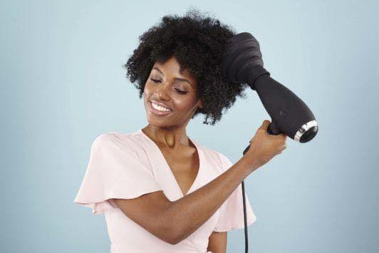 Quer conquistar volume e cachos de causar inveja? Veja nosso tutorial com o passo a passo de como secar cabelo crespo com secador. | All Things Hair - Dos especialistas em cabelos da Unilever
