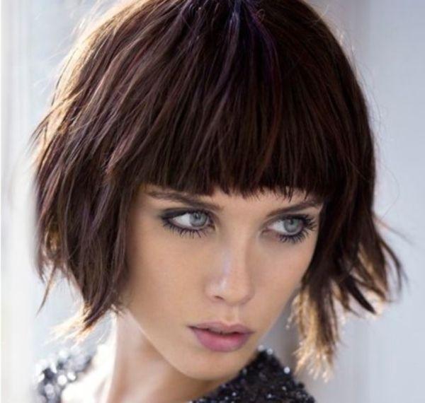 A 2015-ös év sem marad el a frizurák, sminkek és jobbnál jobb ruhák és kiegészítők divatvilágától. A 2015 haj trend esetében mindenképpen említhetjük a laza, spontán, természetes, kócos, bohókás jellemzőket.