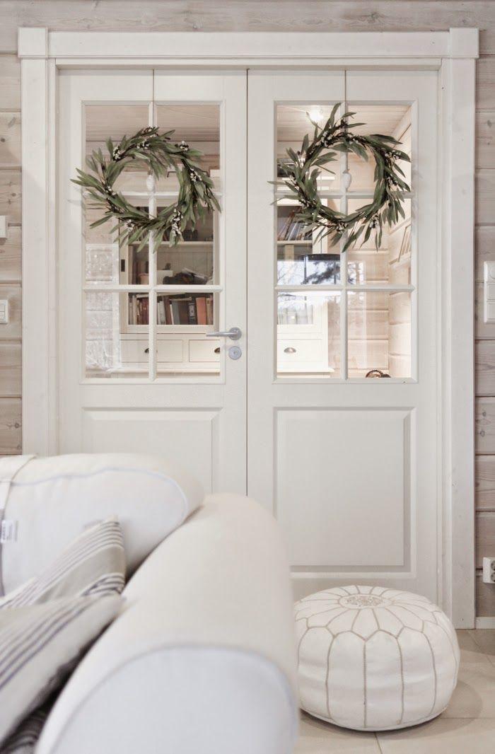pariovet, hirsitalo, double doors, pair doors, white home, ovikranssi, kranssit, white ottoman, white pouf, moroccan pouf, moroccan ottoman