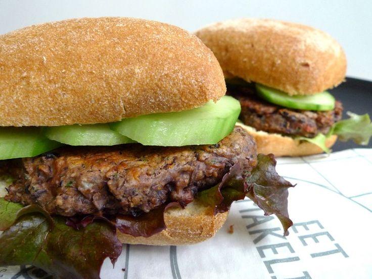 Minstens zo lekker als een gewone hamburger, maar dan met zwarte bonen. Wedden dat je kinderen dit ook graag lusten?  | http://degezondekok.nl