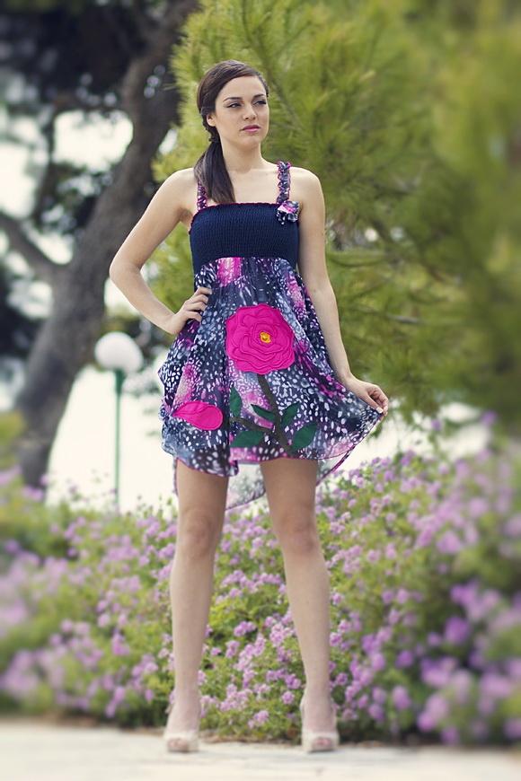 """Φόρεμα ασύμμετρο από μεταξωτό εμπριμέ ύφασμα και χειροποίητο απλικέ σχέδιο """"rose""""."""