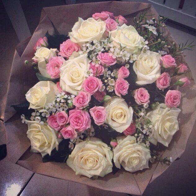 Букет из 11 голландских белых роз и кустовой коралловой или нежно-розовой розы