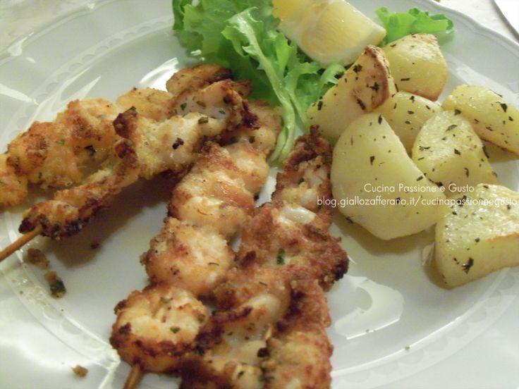 Spiedini di pesce gratinati al forno con patate prezzemolate
