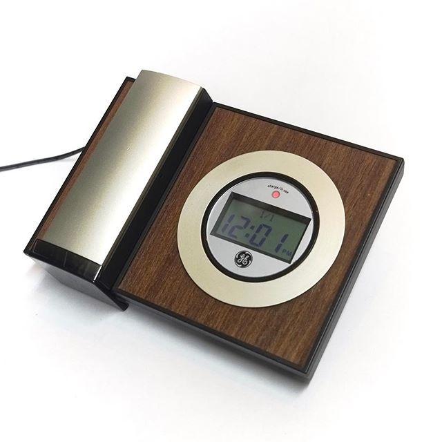 デザイン家電で人気のGE(ゼネラルエレクトリック)よりコードレス電話機のご紹介です。 GEコードレス電話機「DESIGNER SERIES」から、高級感がありながらシンプル、ミニマルな上品さを醸し出すウッド×シャンパンゴールドモデルを入荷いたしました。  日本の家電には無い上品さと高級感。電話機ひとつでインテリアをワンランクアップします。デスクで使用しても、壁掛けで使用してもインテリアを上質な印象に変えてくれます。  デザイン誌[ REAL DESIGN ]2009年9月号でもご紹介されていました。 ・バックライト付き液晶画面 (時刻・日付、発信履歴の表示)・子機音量調節(通話中でも音声ボリュームを調整可能です)・リダイヤル機能 (最後にかけた番号にワンタッチでかけなおします)・メモリーダイヤル 50件・時計/カレンダー機能・補聴器を装着しての使用に対応 ・安心の日本語説明書付き  こちらは海外でusedの商品を買い付けてきました。 電池は新品に交換済み。可能な限り分解清掃を致しました。  モジュラージャックを指していただければすぐに使うことができます。…