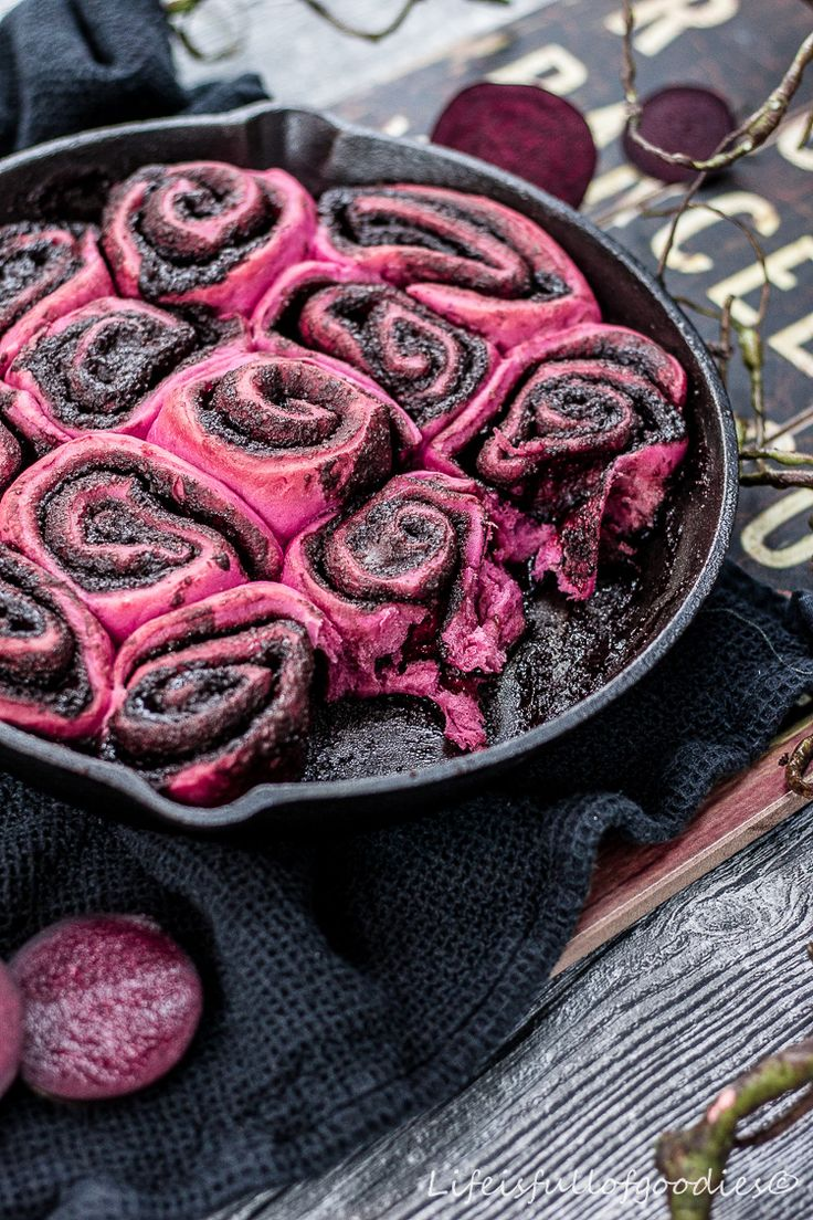 Alternative to classic cinnamon-rolls: Beet root rolls with chocolate filling.